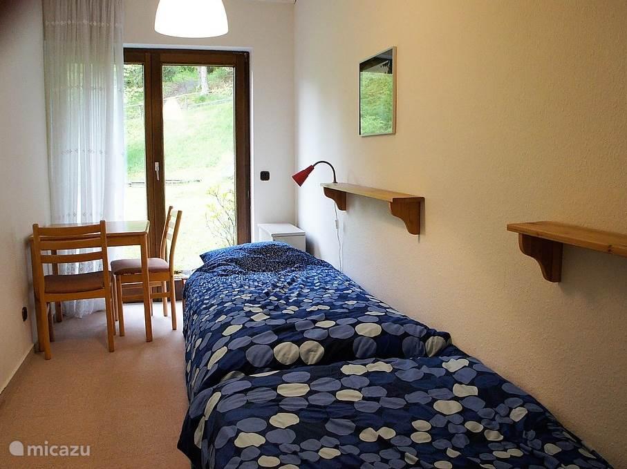 Slaapkamer 1 met twee eenpersoons bedden