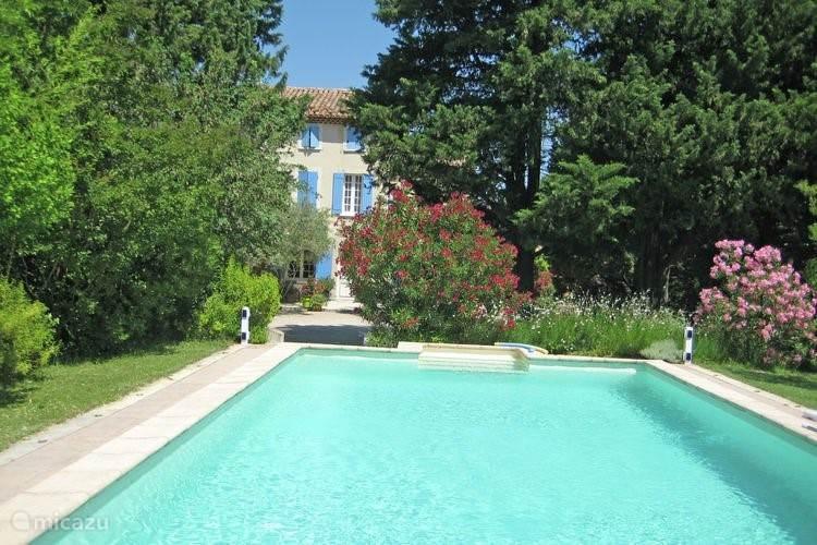 zwembad met uitzicht op terras