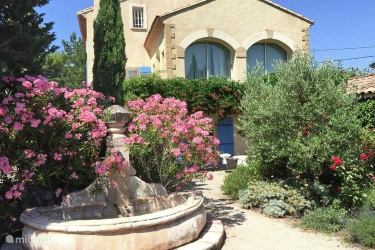 zijkant huis met fontein