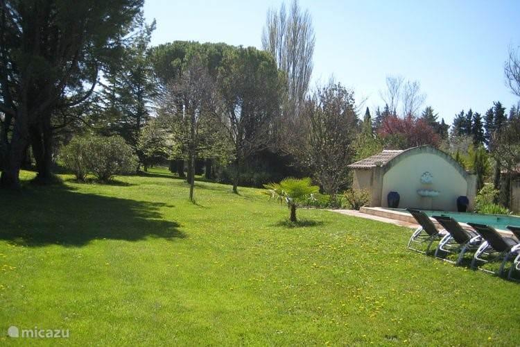 diepe tuin met speelweide voor kinderen