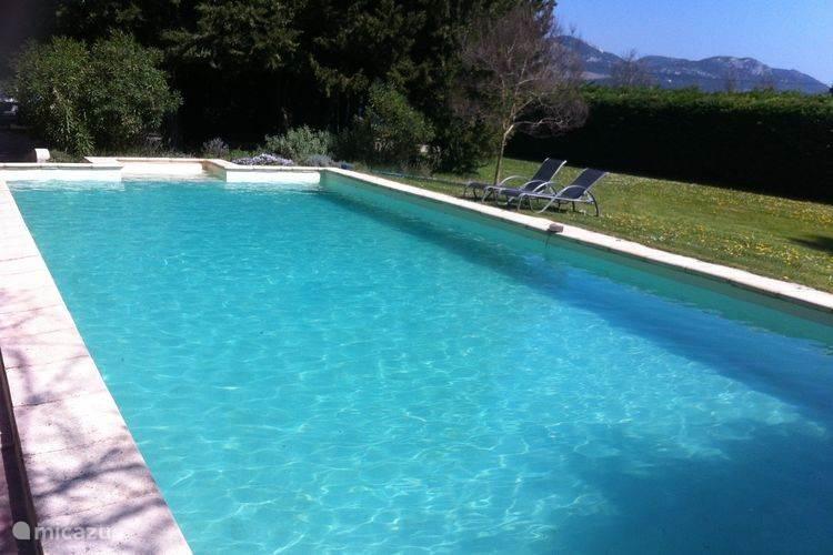 zwembad met uitzicht op de Mont Ventoux