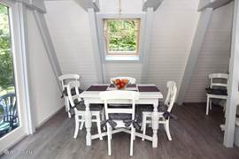 Cozy dining area, equipped with extendable table.