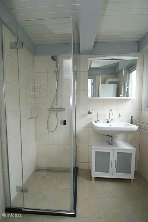 Complete badkamer voorzien van genoeg ophangmogelijkheden