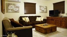De woonkamer met twee slaapbanken (1x een persoon en 1x twee persoons)