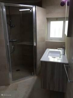 Geheel nieuwe badkamer met inloopdouche en toilet. Föhn aanwezig