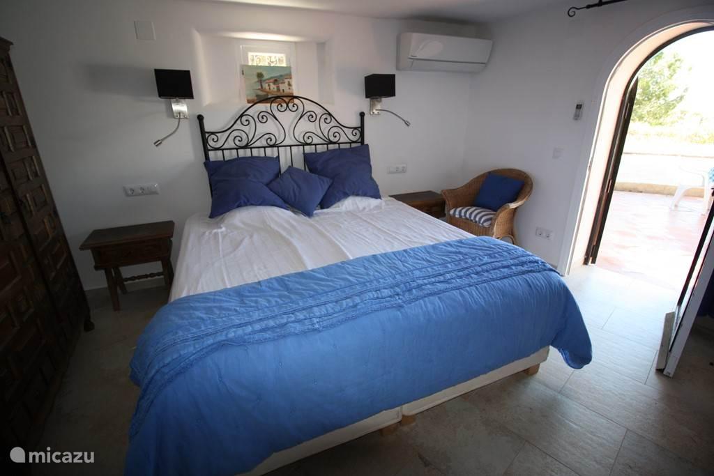 Slaapkamer 2 met deur naar zwembad en privé badkamer