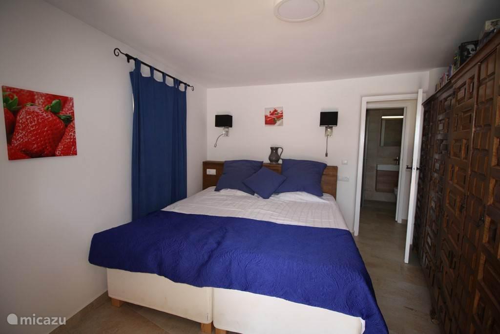 Slaapkamer met deur naar zwembad