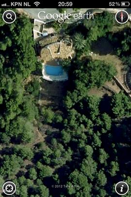 luchtfoto van huis en zwembad en de groenzone eromheen
