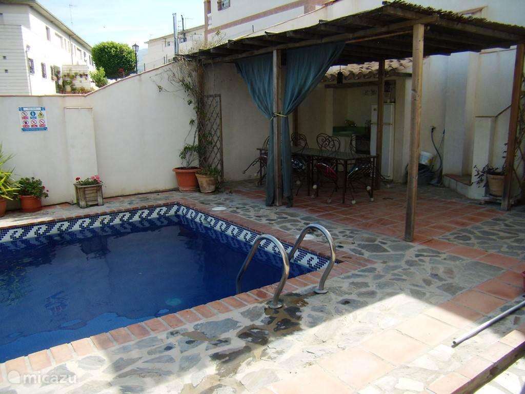 privé zwembad met outside kitchen met BBQ en keolkast.
