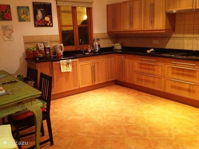 zeer ruime keuken met echt alles om uw kook kunsten uit te proberen!