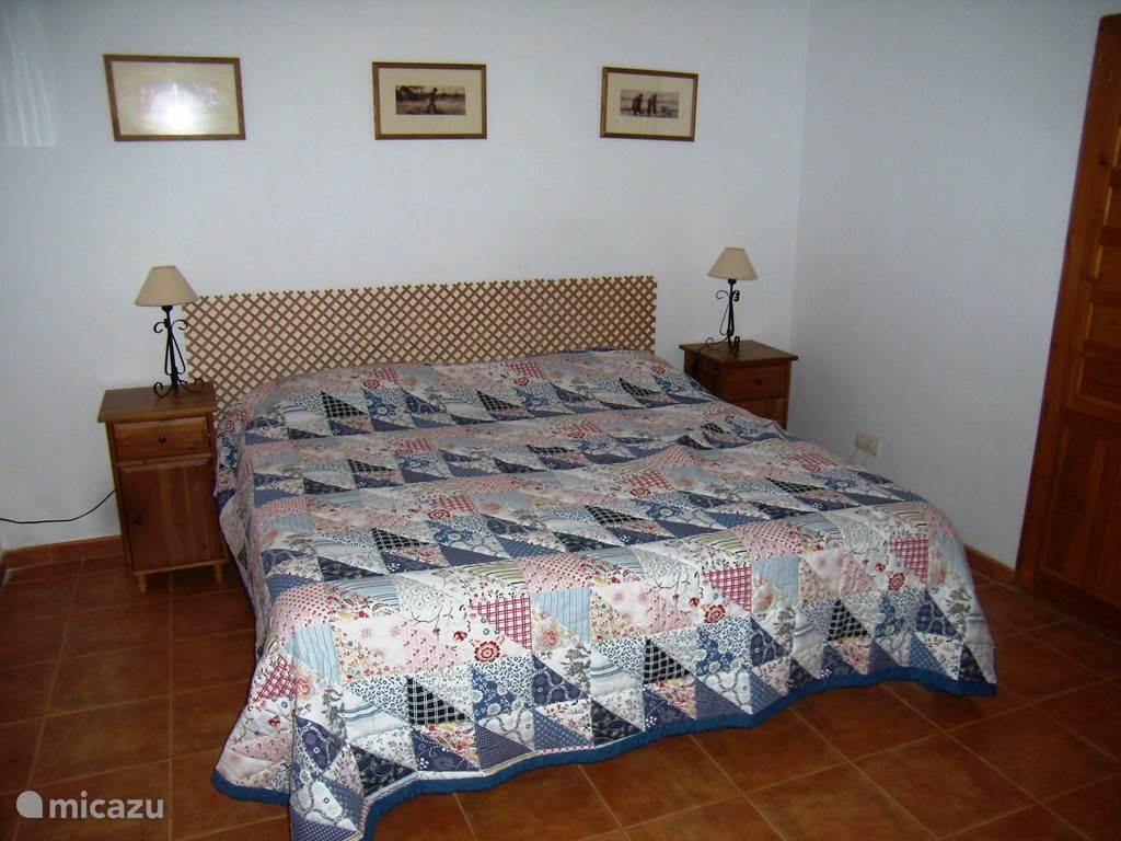 ouder slaapkamer met eigen badkamer en tuindeuren