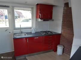 Nieuwe keuken, met vaatwasser en afzuigkap.