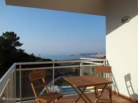 Een van de  vier ruime terrassen met tuinmeubelen en prachtig zeezicht.