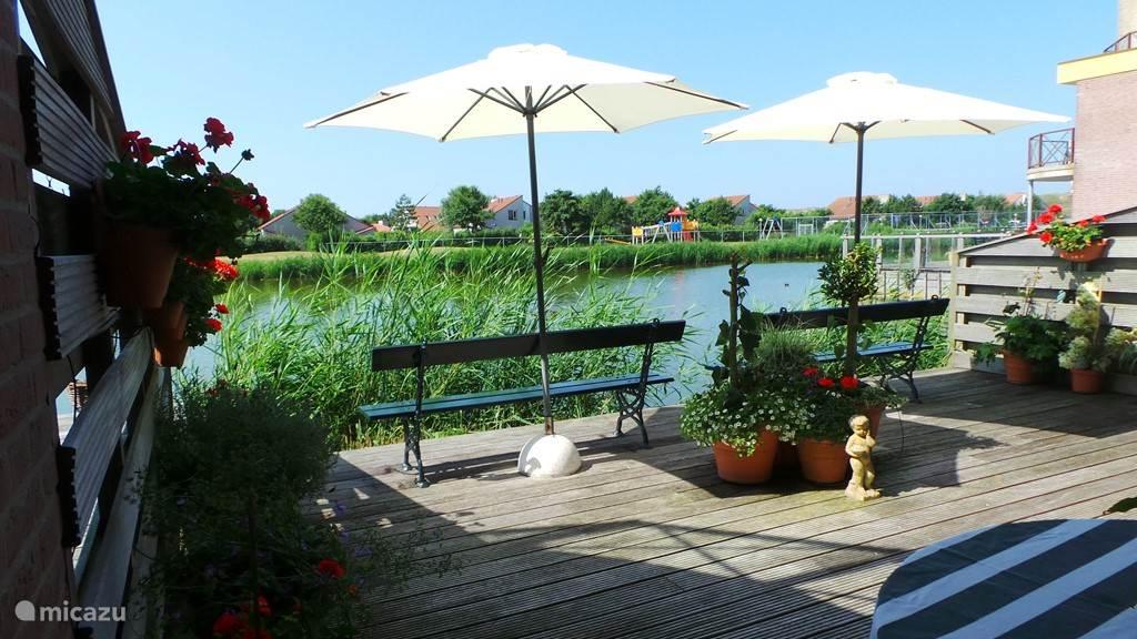 Genieten van zon en zeelucht en heerlijk de hele dag buiten op dit grote terras aan het water, met veel privacy.