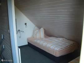 slaapkamer boven met wastafel en 2 eenpersoonsbedden