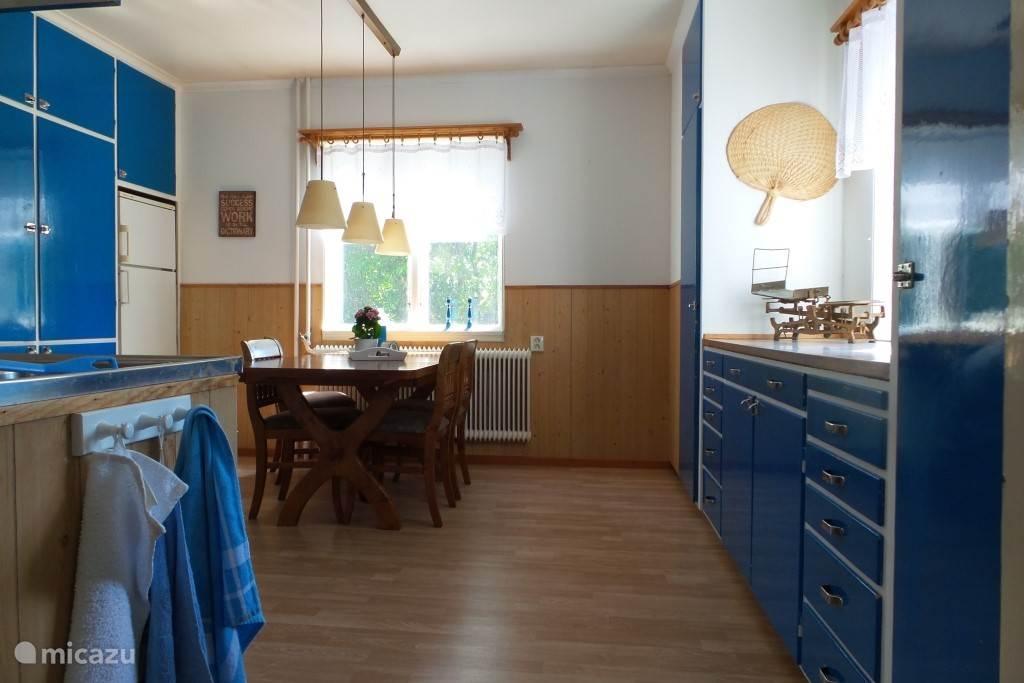 Het is prima kokkerellen in de zweedsblauwe woonkeuken.