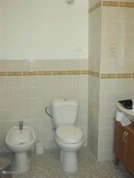 2 identieke badkamers