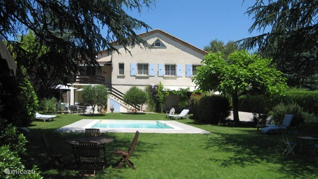 Naast de tuin met het zwembad beschikt u over twee terrassen, 1 boven en 1 beneden met o.a. een loungebank en fijne luie stoelen.