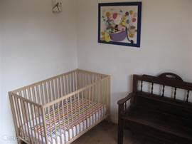 In de kinderkamer kunnen maximaal 2 ledikanten staan. Het is ook mogelijk om een gewoon bed in deze kamer te plaatsen.