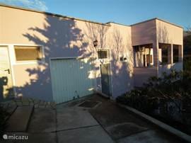 Zijaanzicht van het huis met garage