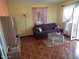 de woonkamer van het appartement op de eerste etage