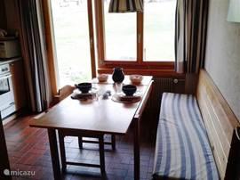 Keuken 3,35x3,30 met  uitschuifbare eettafel.