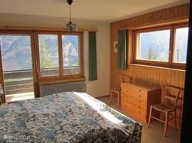 Slaapkamer-1 met het mooiste uitzicht, kasten, wastafel, stoeltjes Maat: 3,30x4,00