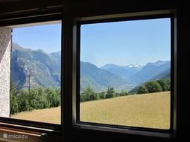 Uitzicht vanuit de slaapkamer-1 op het Rhônedal richting Visp.