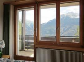Uitzicht uit slaapkamer-1 door het raam aan de noordzijde.