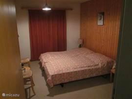 Slaapkamer-2 met 2 bedden, dubbele kledingkast en 2 stoeltjes. Maat: 2,70x4,00