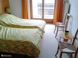 Slaapkamer-3 met 2 bedden, dubbele kledingkast en 2 stoeltjes. Maat: 2,70x4,00