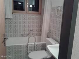 Badkamer-1 met ligbad/douche, wastafel en WC. Maat: 2,25x1,65