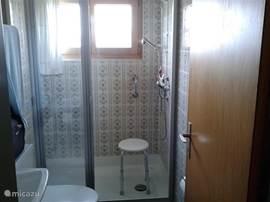 Badkamer-2 met douche, wastafel en WC. Maat: 2,25x1,65