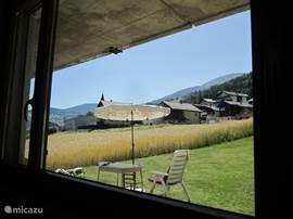 Uitzicht vanuit de zitkamer in de richting van het dorp.