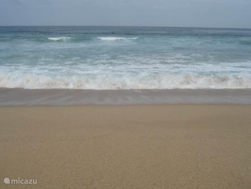 heerlijk rustig strand,U vind strandtentjes op 10 minuten lopen, daar is ook baywatch.