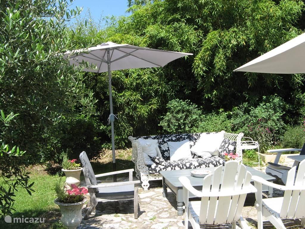 Foto vanaf het boventerras met uitzicht op de tuin, zwembad en de Cevennen.