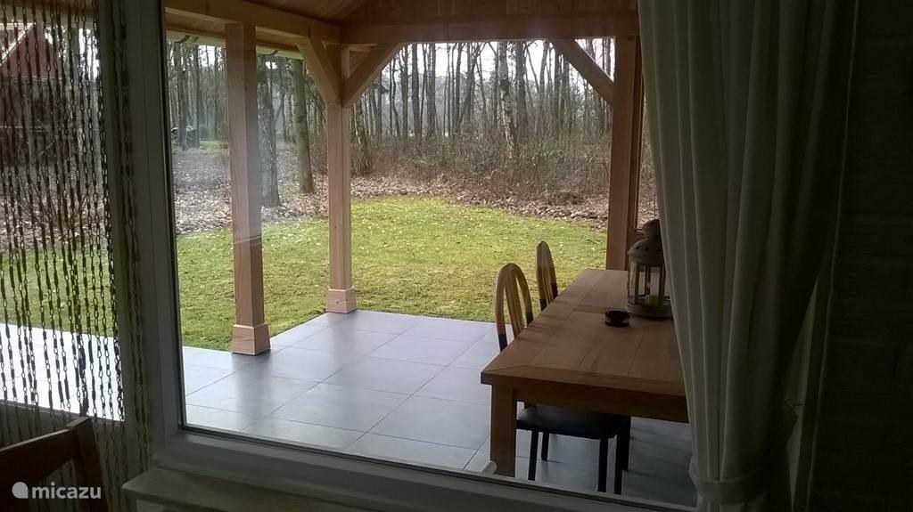 het uitzicht vanuit het eetkamer gedeelte met 3 zitplaatsen