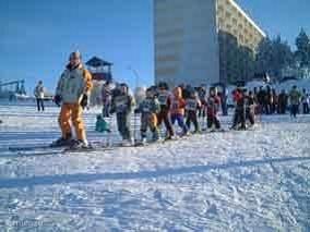 Skischool naast het gebouw