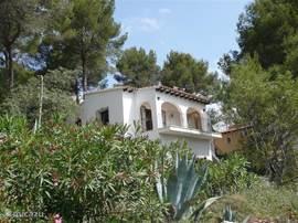 voorkant van het huis, met de ruime tuin