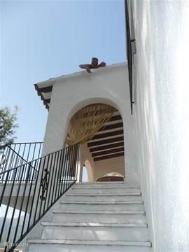 trap naar terras. Ook aan de achterkant is een ingang naar het huis.