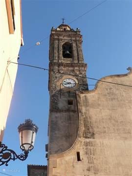 kerkje in Alcalali, klein dorpje met winkel en drie barretjes