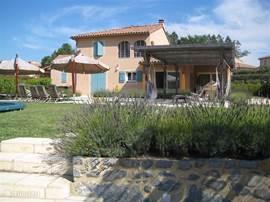 De villa gezien vanaf zonneterras met uitzicht op de rivier.