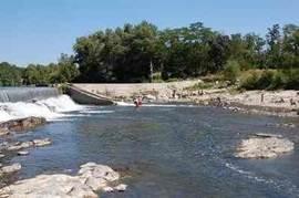 De rivier de Ardeche op slechts 100 meter van de villa. Hier kunt u zwemmen, vissen en kano varen.