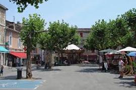 Een stil plein in het voorjaar in Vallon Pont d'Arc, in de zomer is het er gezellig druk.