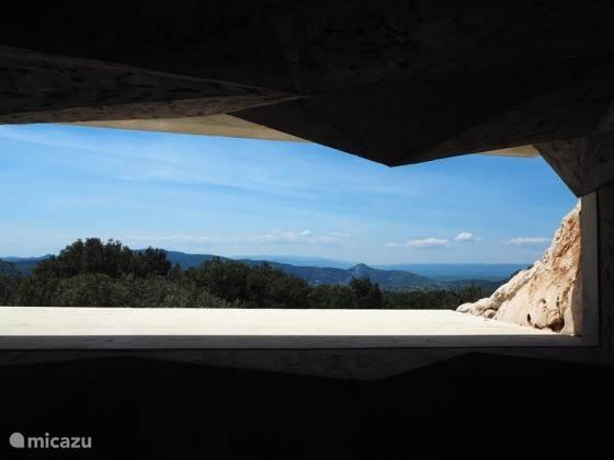 Doorkijkje vanuit het bezoekerscentrum grotte Chauvet.