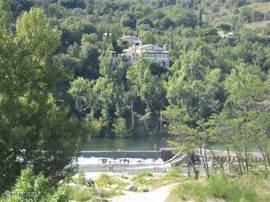 Het uitzicht vanuit de tuin en het verwarmde zwembad, op de rivier de Ardeche en op de berg van Sampzon.