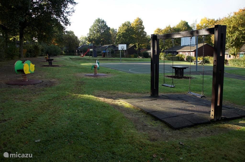 speeltuin en basketbal veld