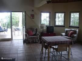 Koele huiskamer in de zomertijd en een houtkachel voor de winter avonden.