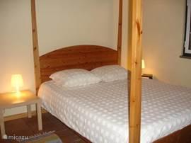de grootste slaapkamer van de 3, met en suite badkamer en whirlpool bad.