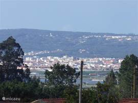 vanuit de woning een prachtig uitzicht op de rivier met zijn houten boerderijtjes, en in de verte Figueira da Foz,
